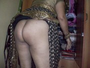 Indian Aunty in Saree Removing her Saree n Showing Ass Pics