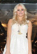 Nov 20, 2010 - Pixie Lott - Switching on Xmas Lights - Lakeside Shopping Centre in Essex E689f9108404789